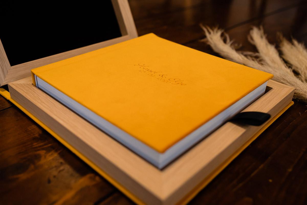 Luxe trouwalbum dat ligt in een opbergbox