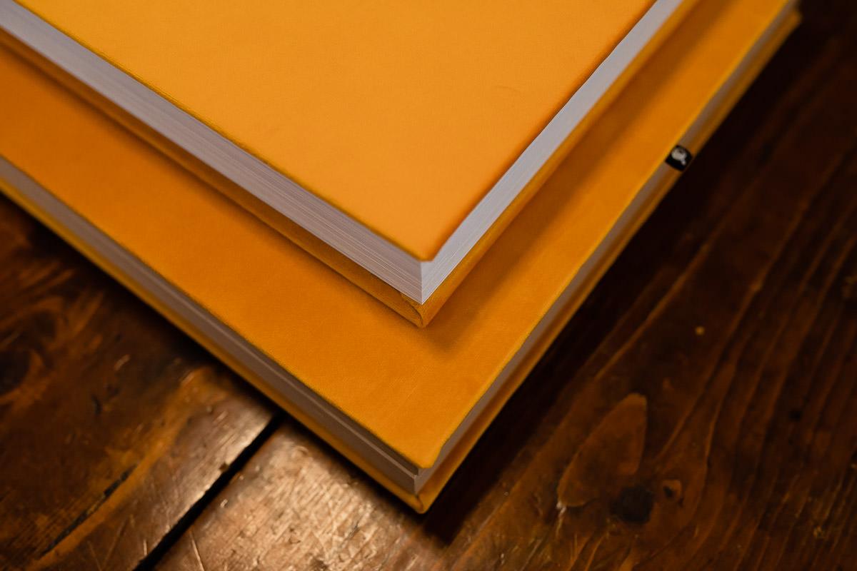 Luxe gele trouwalbum bovenop een box