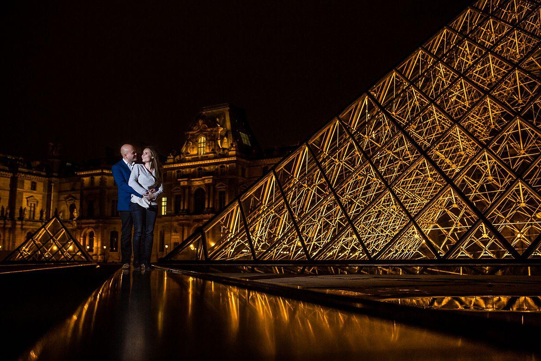 Bruidspaar poseert voor de foto bij het Louvre