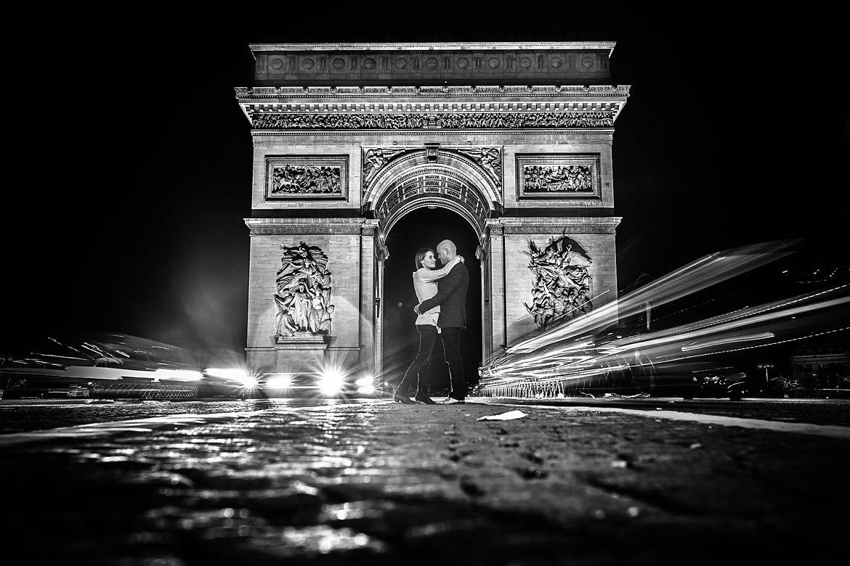 Zwart wit foto van verliefd koppel op de weg voor de fotoshoot