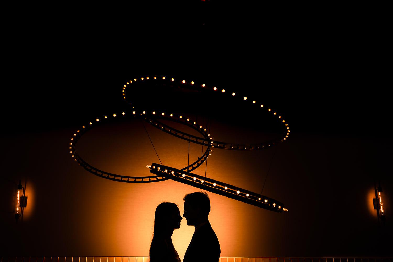 Silhouet van bruidspaar met verlichting door flitsen