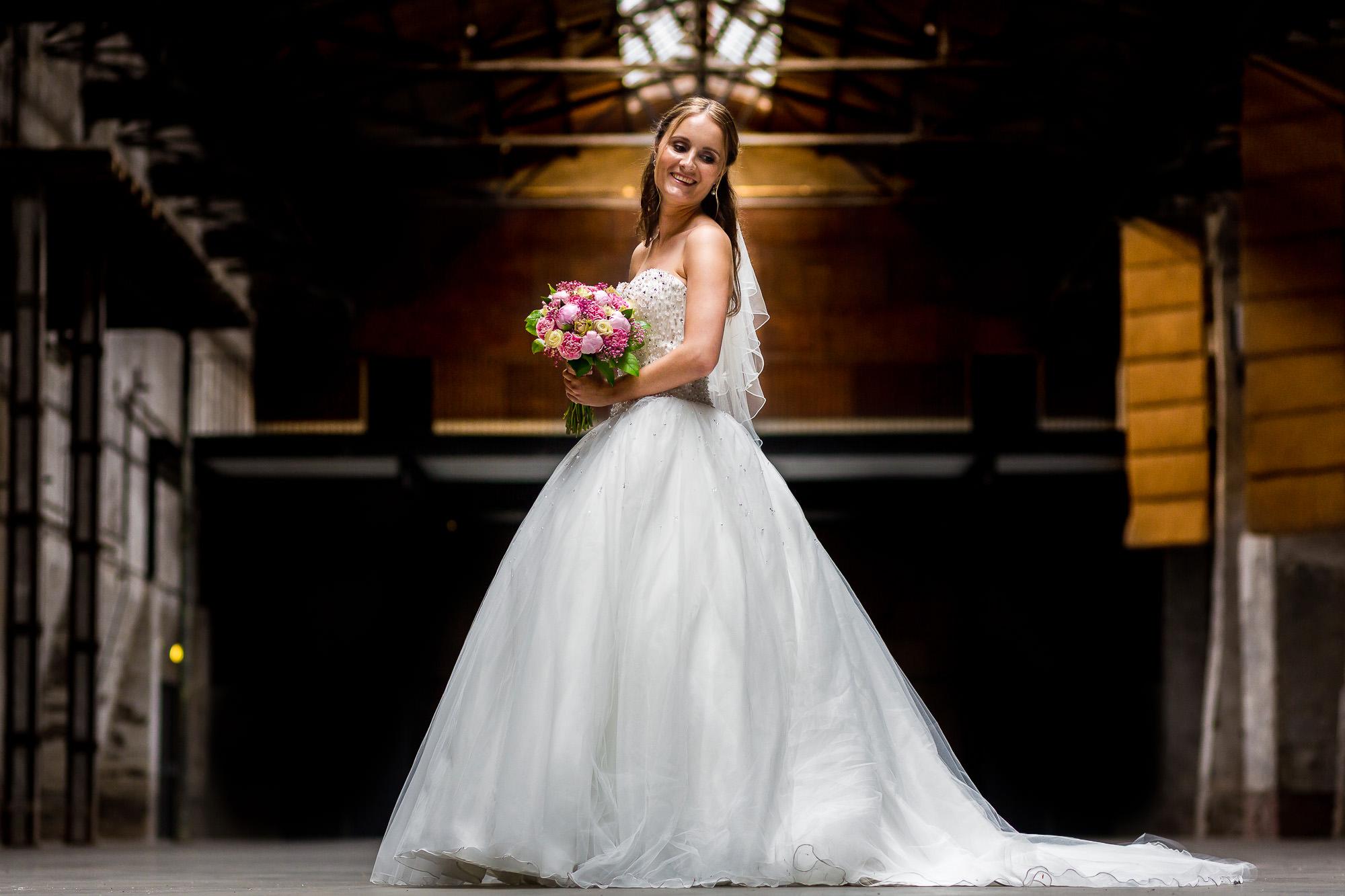 Bruid poseert in industrieel gebouw