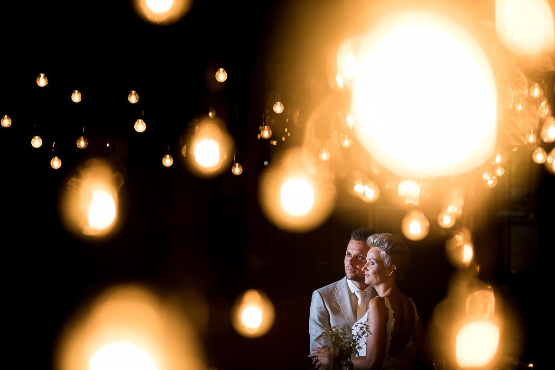 Bruidspaar poseert met lichten