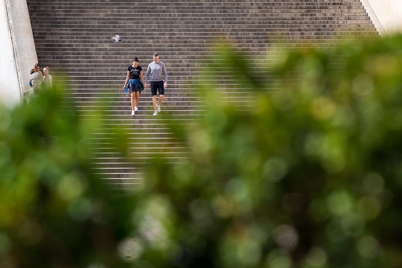 Verliefd koppel loopt trappen af bij Notre Dam