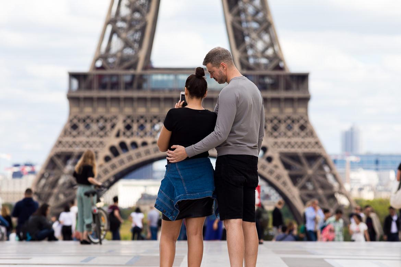 Verliefd koppel maakt foto van de Eiffeltoren