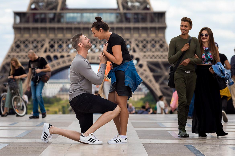 Vrouw zegt volmondig ja op huwelijksaanzoek in Parijs