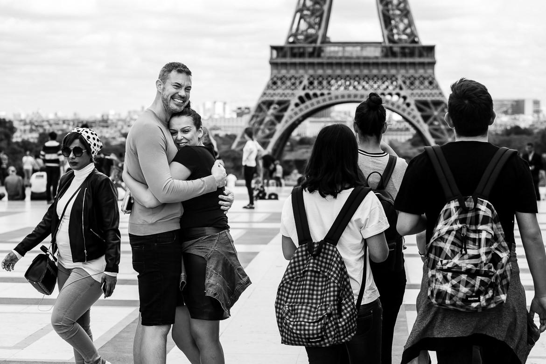 Zwart wit foto van aanstaand bruidspaar dat elkaar knuffelt na huwelijksaanzoek voor Eiffeltoren