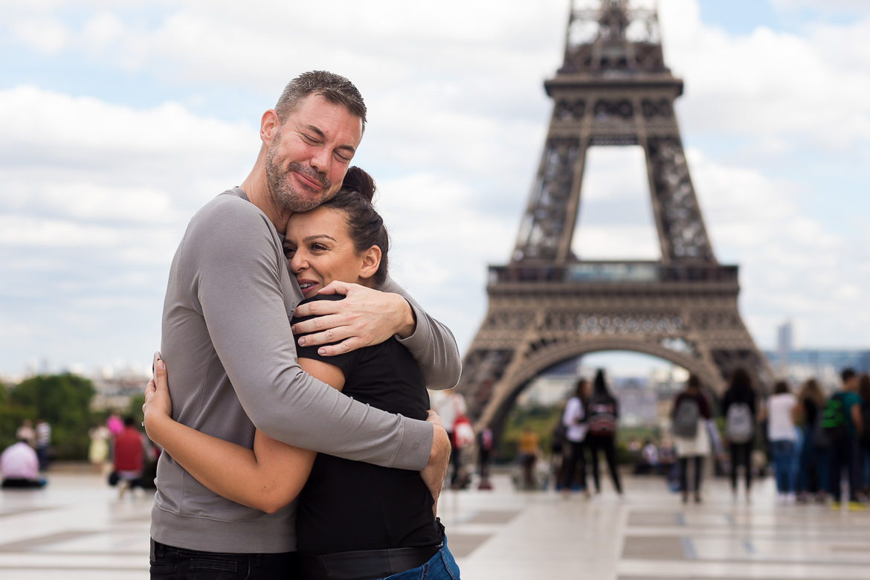 Koppel knuffelt elkaar voor Eiffeltoren