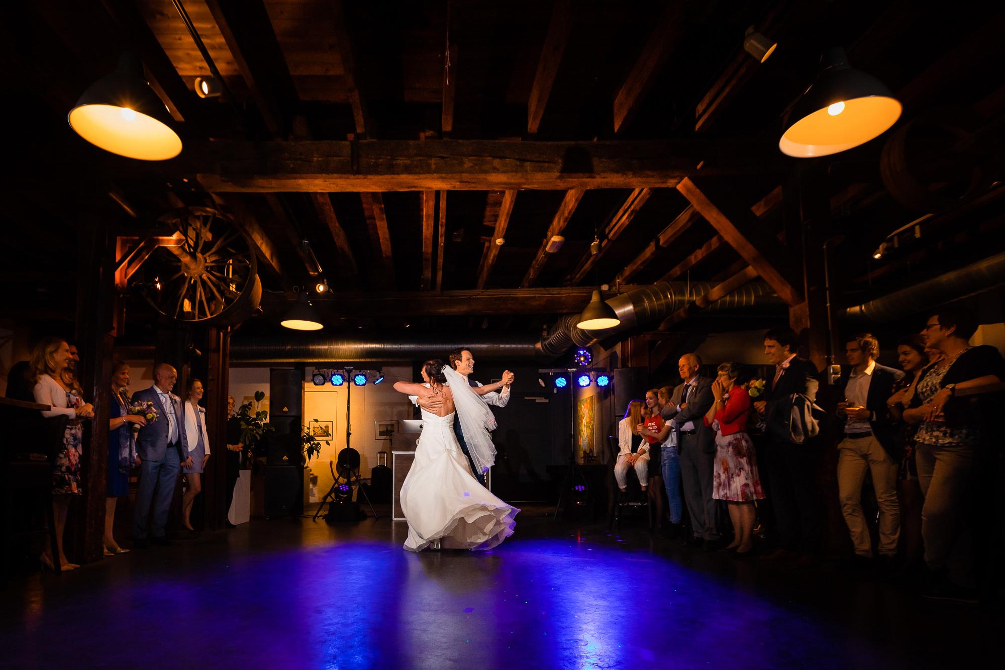 Bruidspaar doet openingsdans terwijl de gasten toekijken