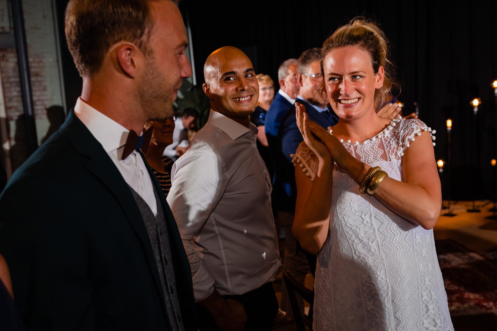 Weddingplanner kijkt vol trots naar de bruidegom