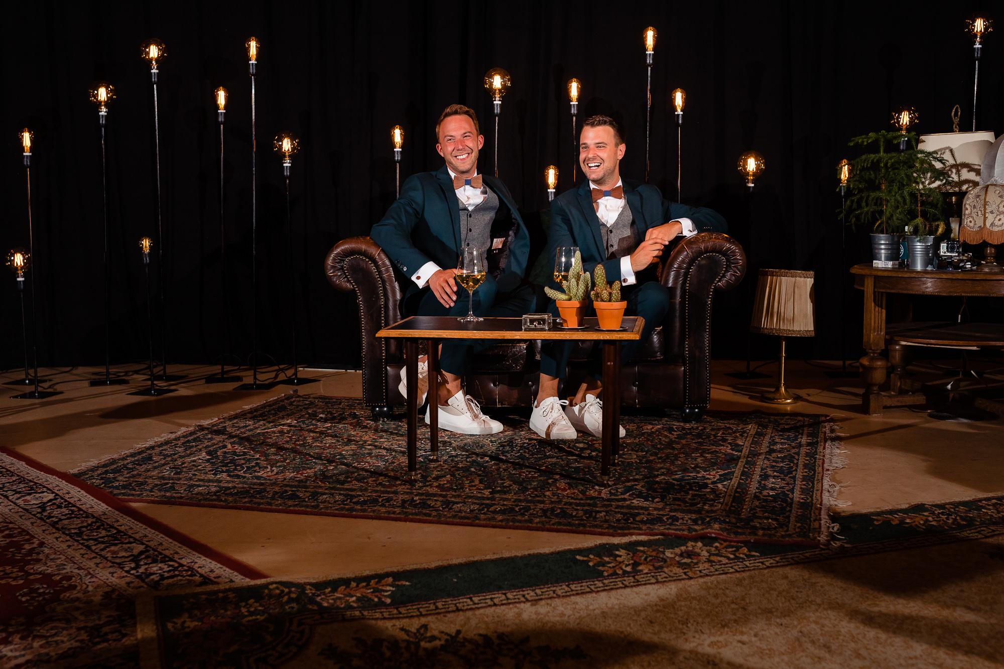 Bruidegoms op een chesterfield tijdens de ceremonie