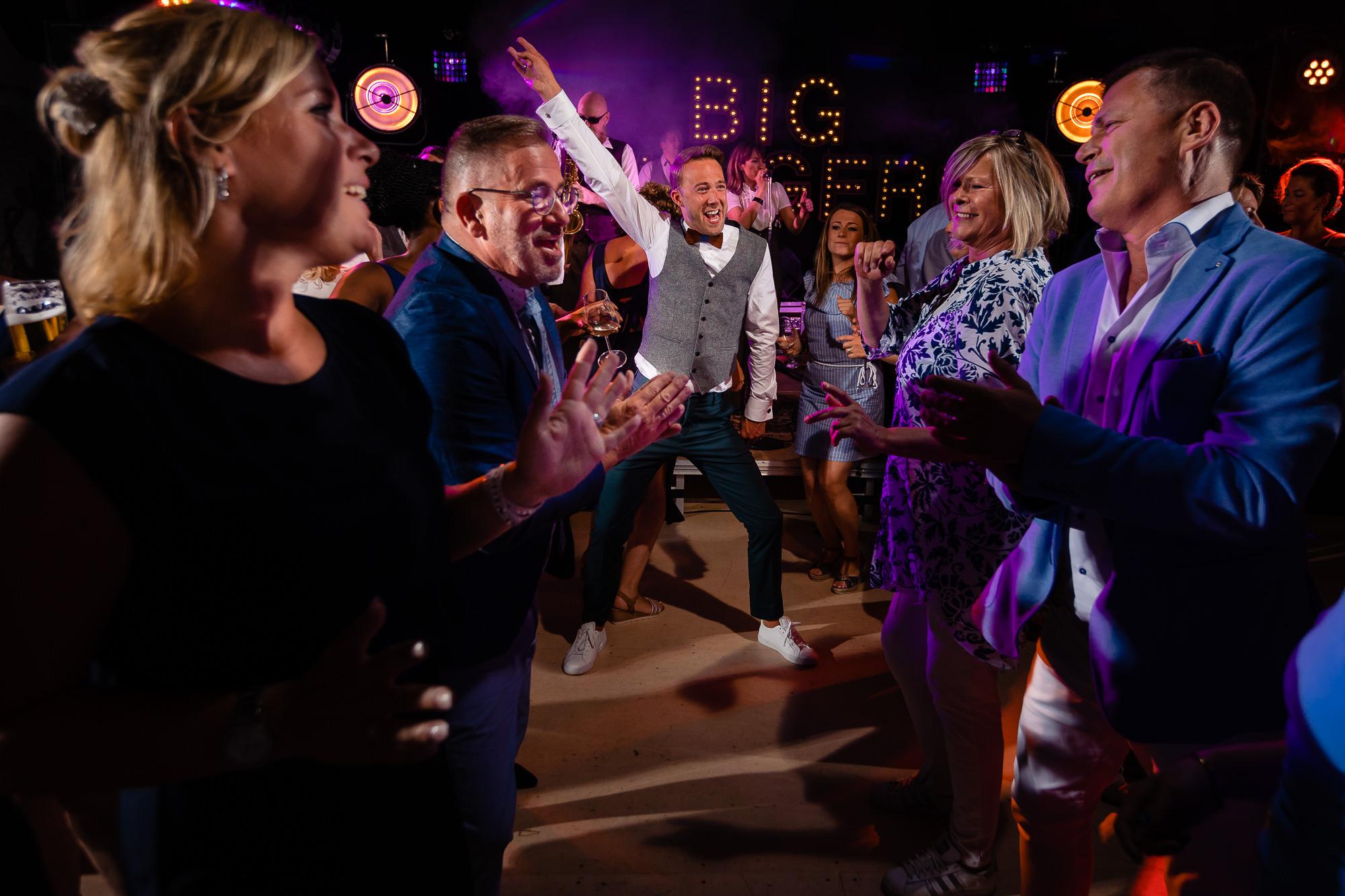Bruidegom danst uitbundig op zijn trouwfeest