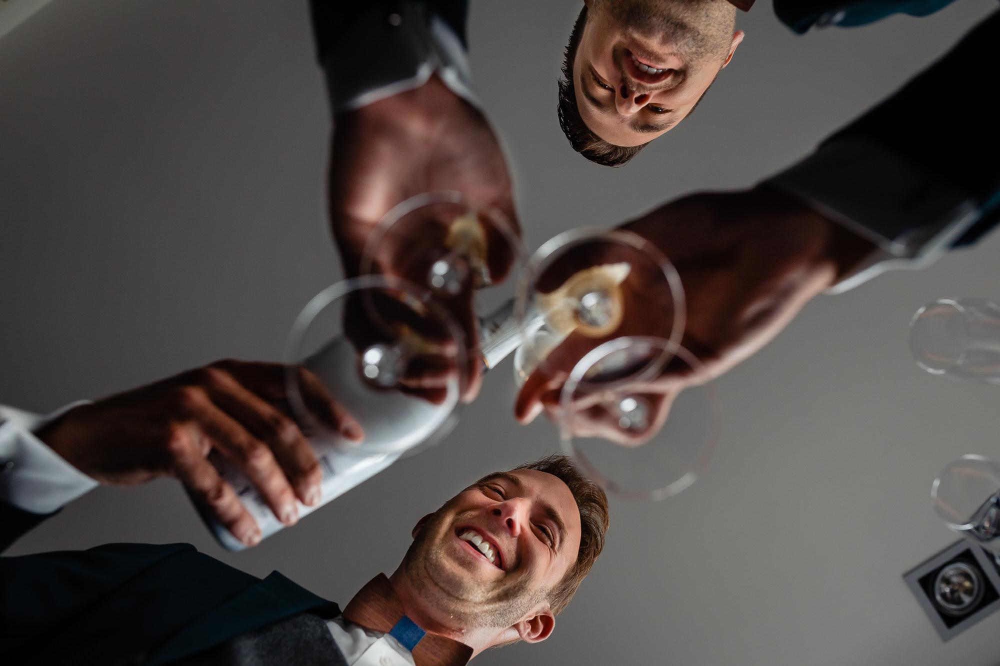 Bruidegoms schenken champagne in