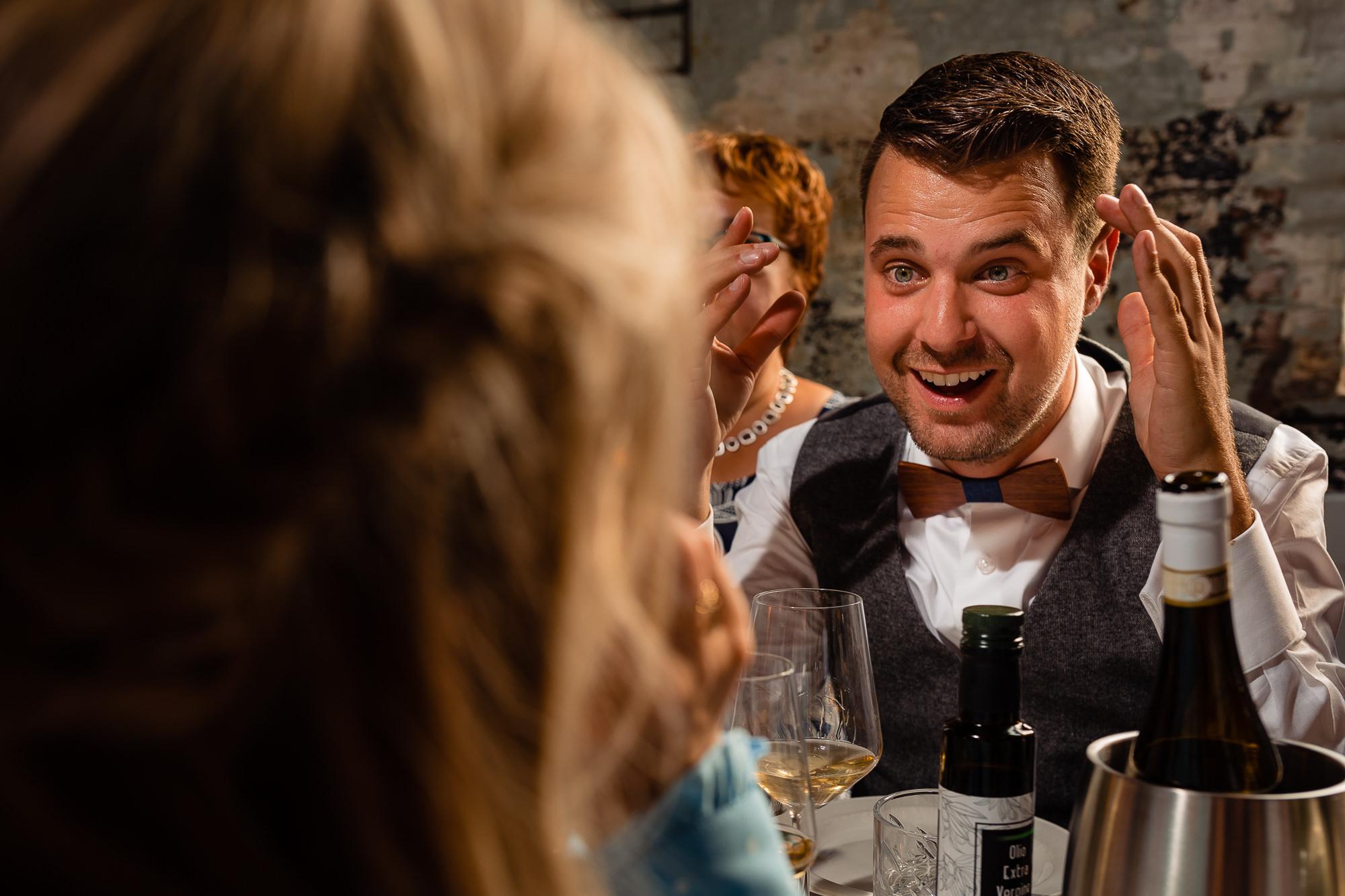 Bruidegom is geanimeerd in gesprek
