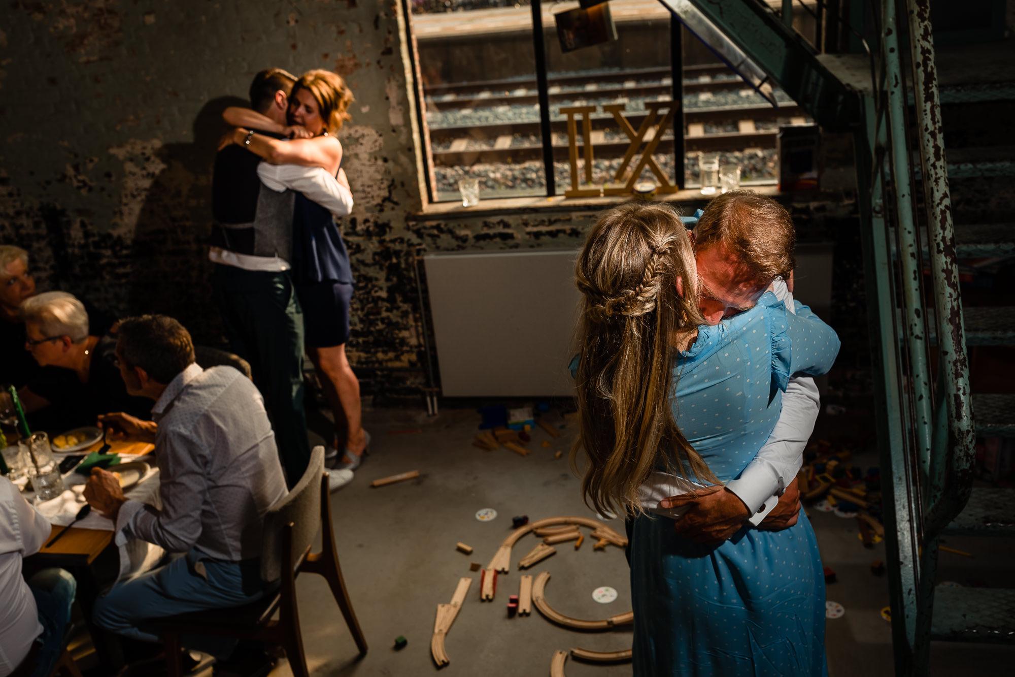Bruidegoms knuffelen beiden tegelijk hun vriendinnen