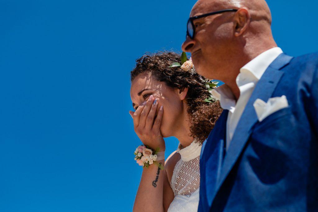 Bruid samen met vader ziet de bruidegom voor het eerst