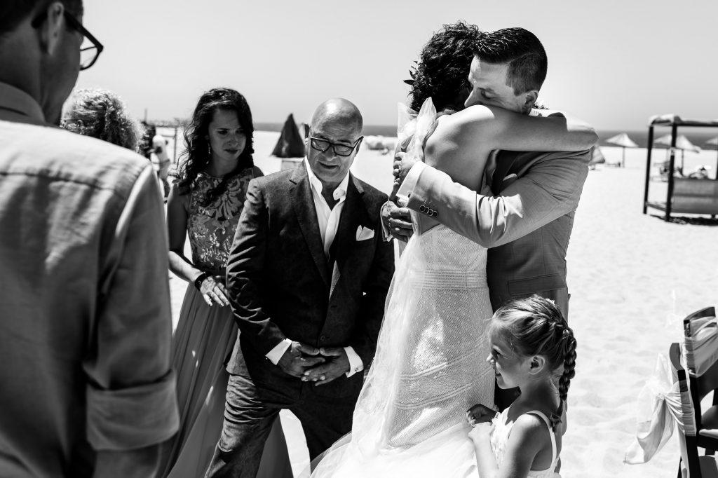 Bruid knuffelt bruidegom nadat ze elkaar voor het eerst gezien hebben