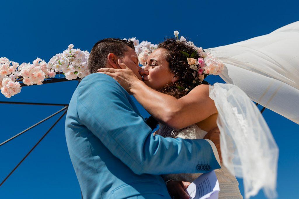 Bruidspaar kust elkaar voor het eerst na het jawoord