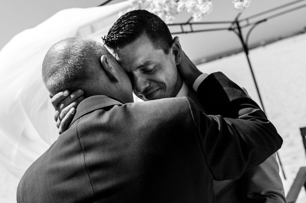 Emotioneel moment met de vader van de bruidegom