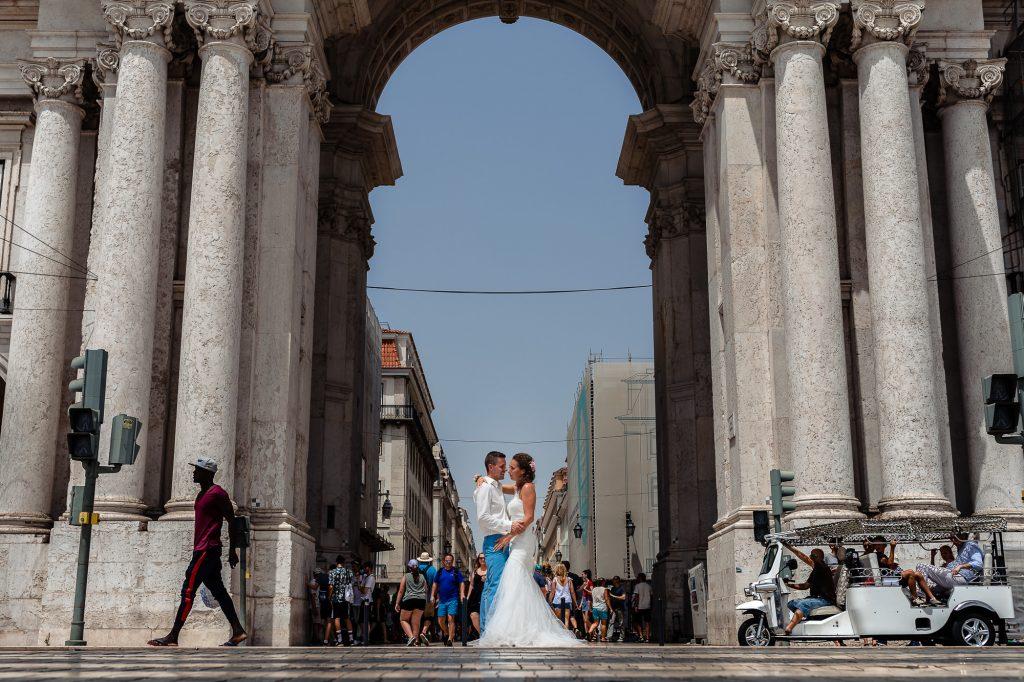 Bruidspaar op het zebrapad in Lissabon