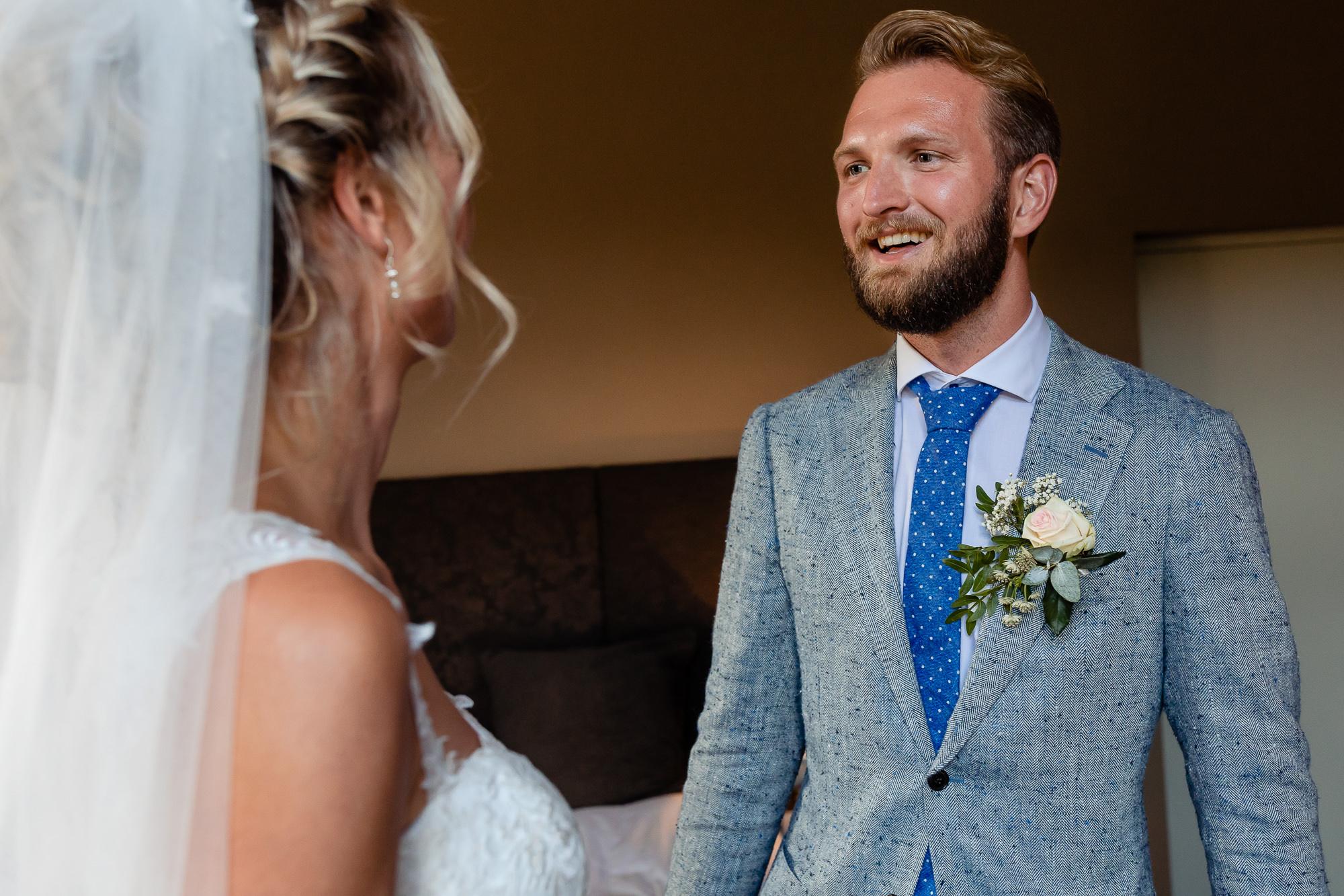 First look van de bruid en broer