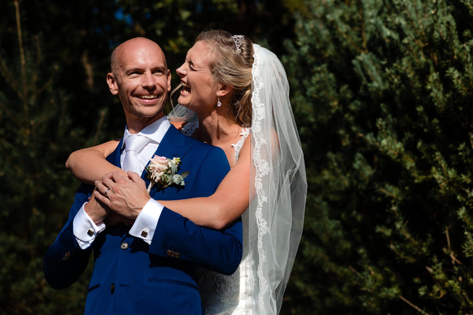Bruidspaar lachend tijdens de fotoshoot