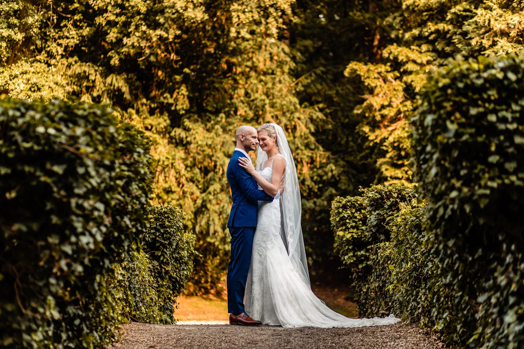 Bruidspaar aan het poseren bij Kasteel de Hooge Vuursche