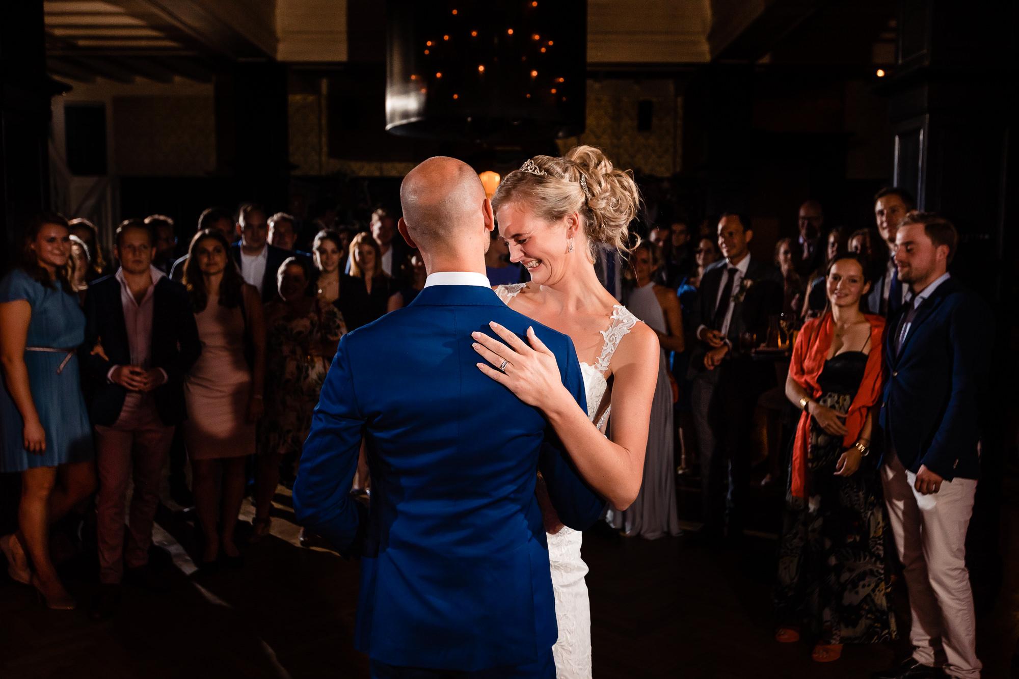 Openingsdans bruidspaar met de familie op de achtergrond