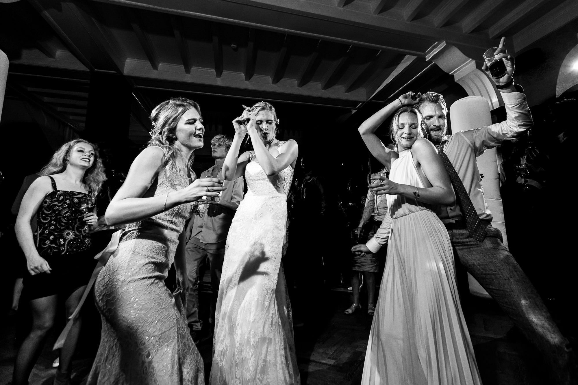 Bruid met vrienden aan het dansen op de dansvloer