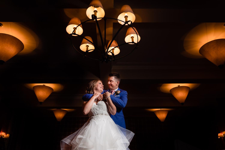 Bruidspaar dat elkaar vasthoudt met donkere achtergrond
