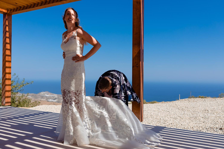 Vrouw legt de trouwjurk van de bruid goed