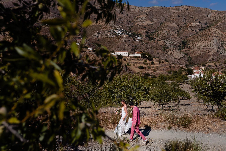 Bruidspaar loopt over de paden van het heuvellandschap