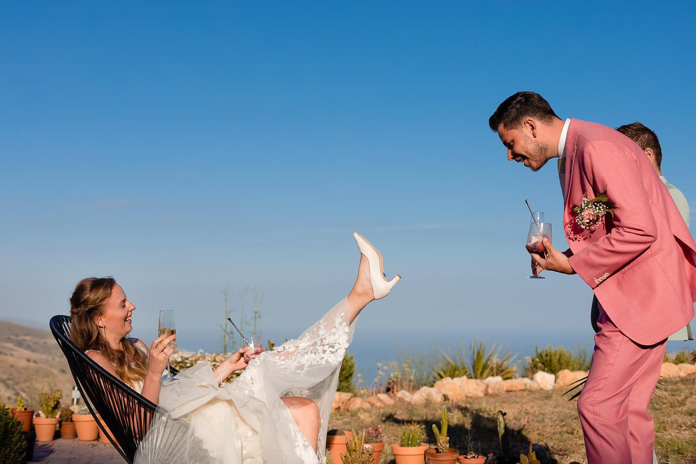 Bruid laat bruidegom zien wat er onderop haar schoenen staat