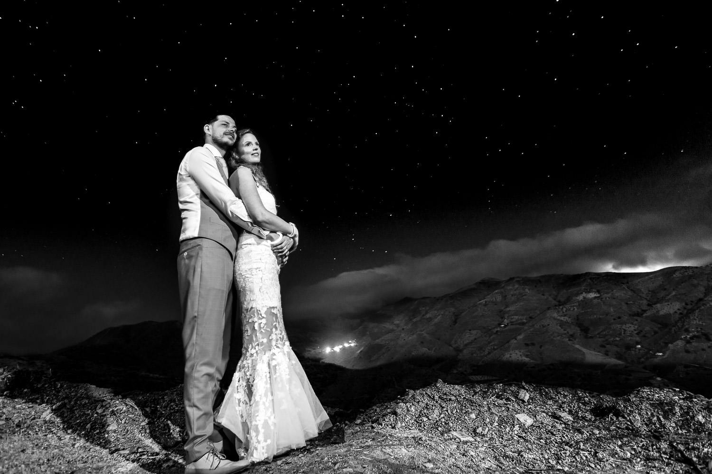 Zwart wit foto van bruidspaar met sterren op de achtergrond