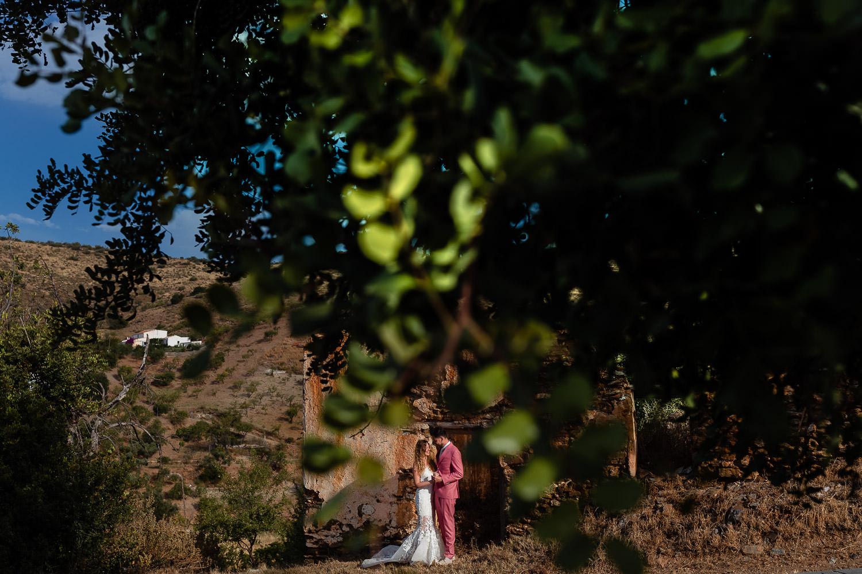Bruidspaar poseert in Spanje voor de foto