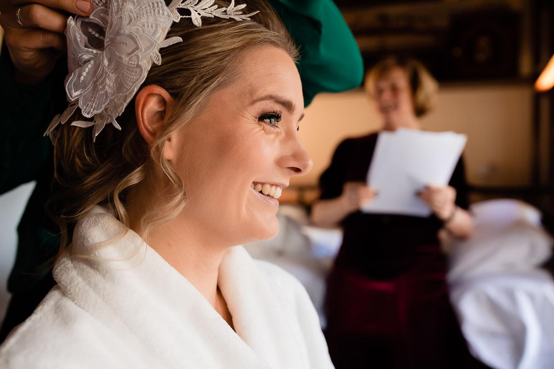 Bruid lachend met moeder op de achtergrond
