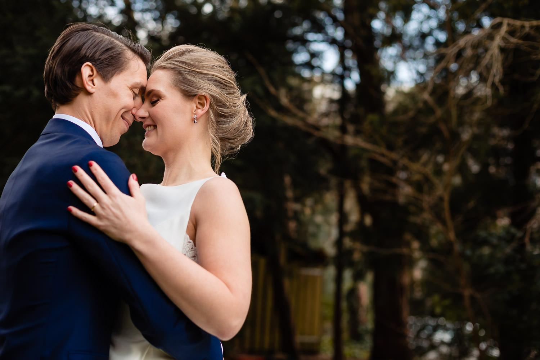 Close-up van een bruidspaar dicht bij elkaar