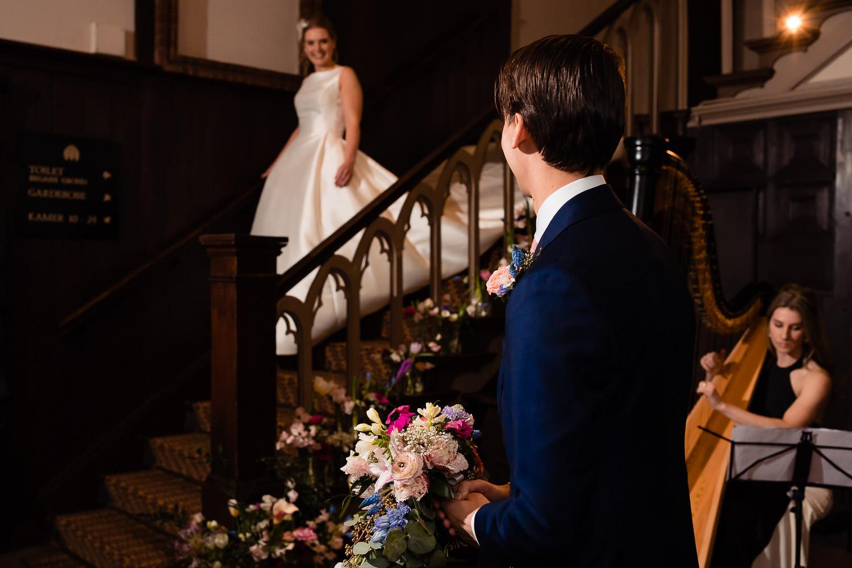 Bruidegom draait zich om en ziet zijn bruid voor de eerste keer