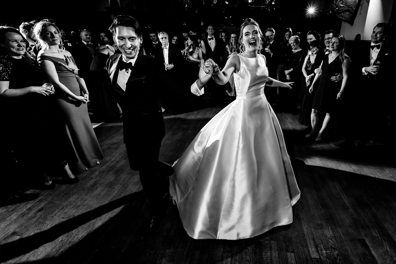 Zwart wit foto van een dansend bruidspaar