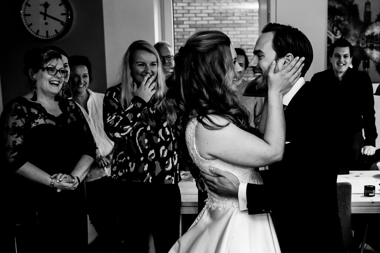Zwart wit foto van de first-look van het bruidspaar