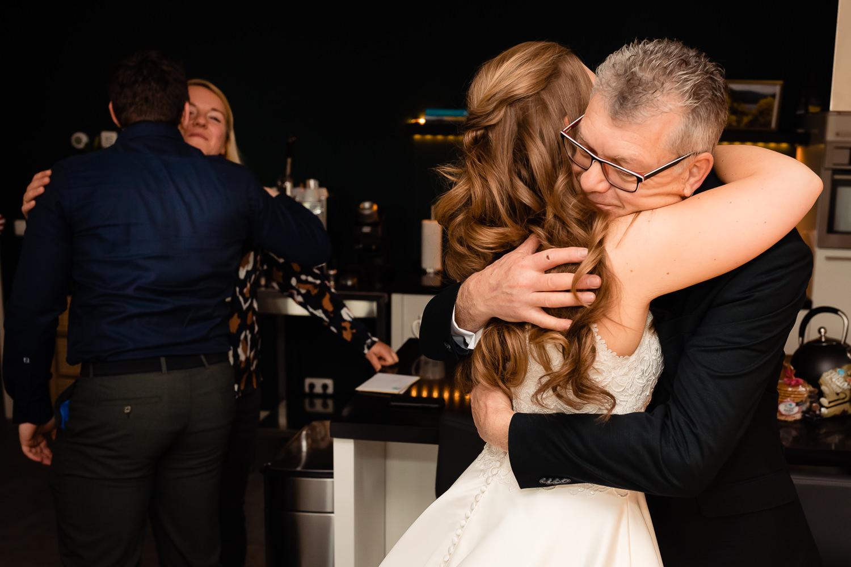 Vader omhelst zijn dochter stevig