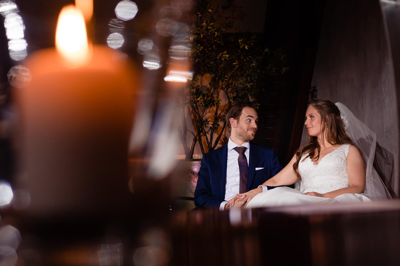 Bruidspaar kijkt elkaar verliefd aan tijdens de ceremonie