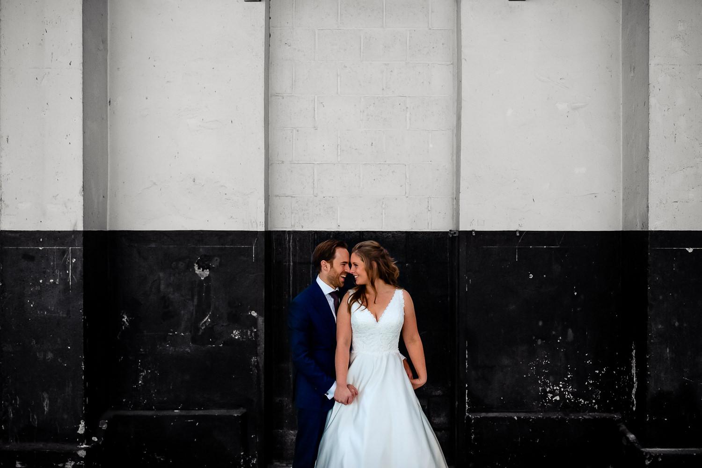 Fotoshoot met bruidspaar op industriële locatie