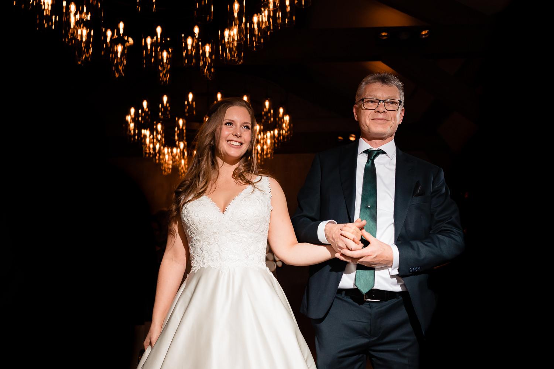 Trotse vader met zijn dochter bij de hand