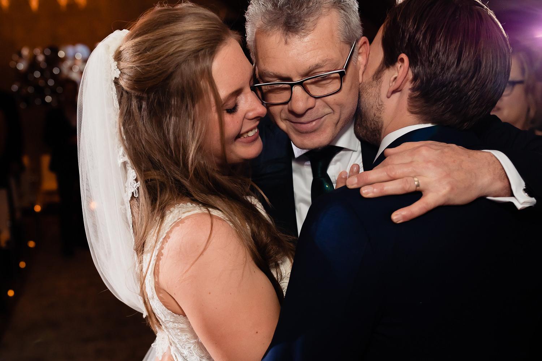 Vader omhelst dochter en schoonzoon tegelijk