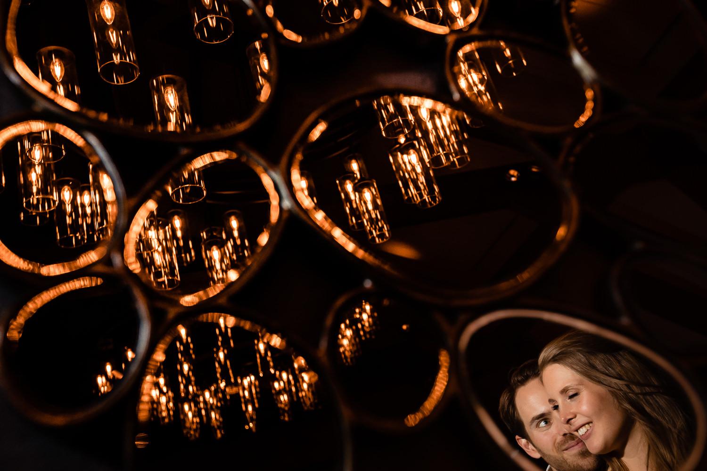 Close-up van bruidspaar weerspiegeld in de lichten