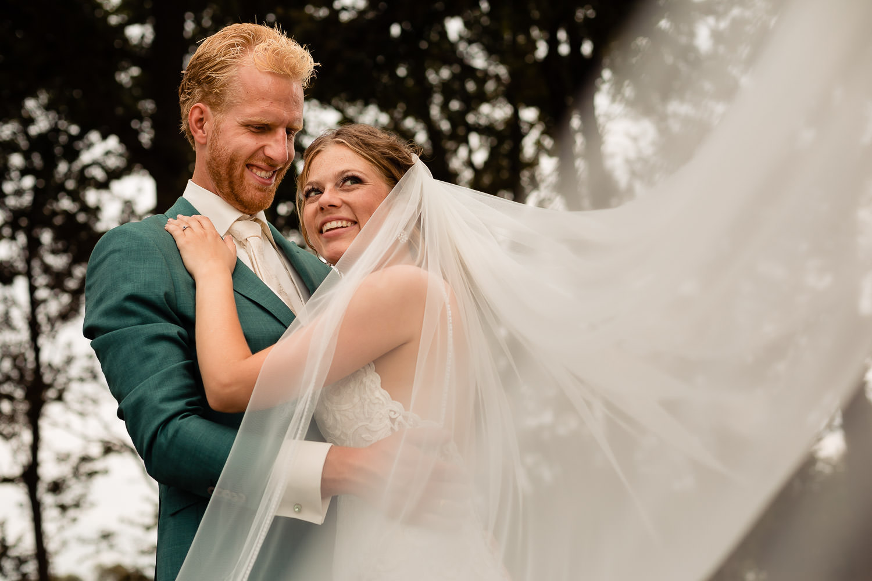 Close-up van bruidspaar met de sluier die opwaait