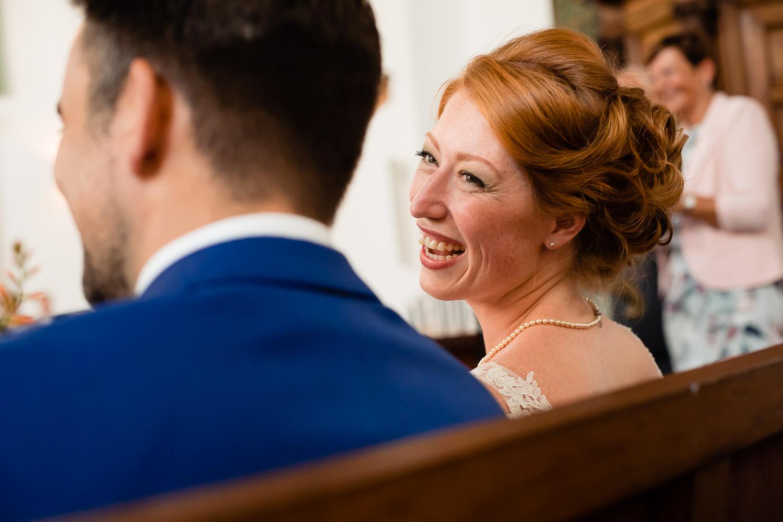 Lachende bruid die naar haar bruidegom kijkt