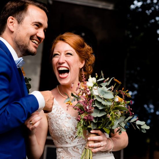 Lachend bruidspaar