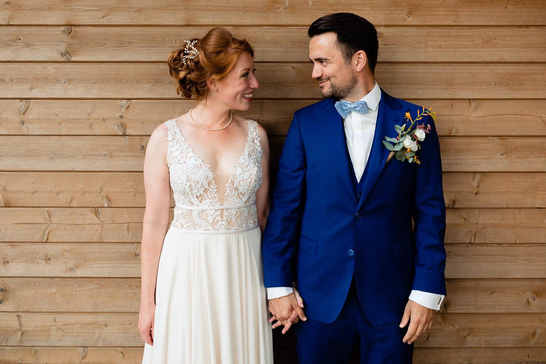 Bruidspaar hand in hand naast elkaar